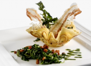 Cestino di Montasio e cipolle con tarassaco allo pancetta