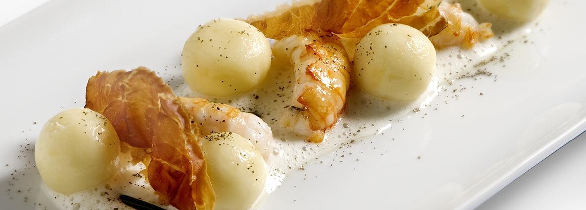 Gnocchi al cucchiaio con zuppa leggera al limone scampi d'Istria e speck Nonno Bepi croccante