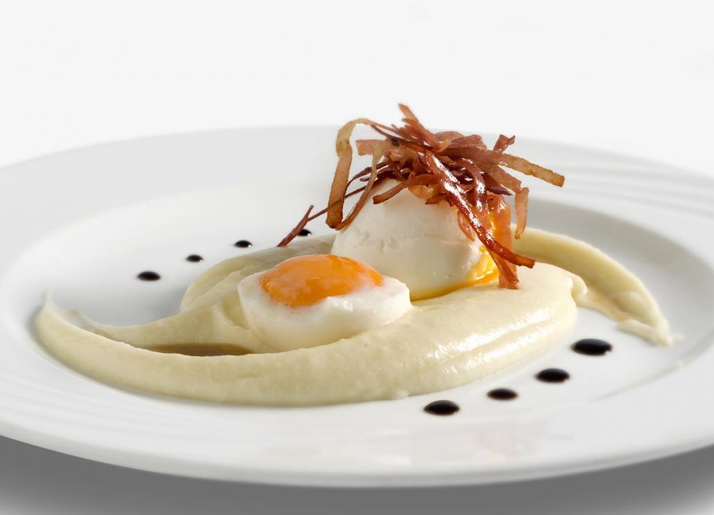 Uovo con prosciutto di Sauris IGP su letto di mousse di patate